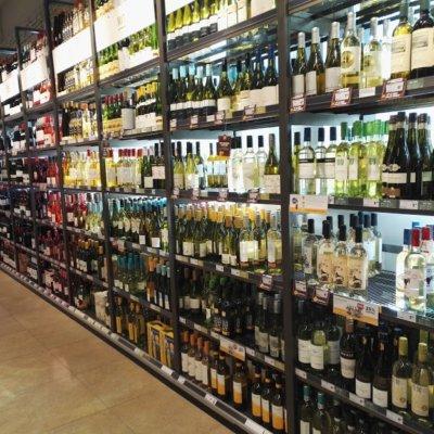 Hollantilaisen lähikaupan viinihylly