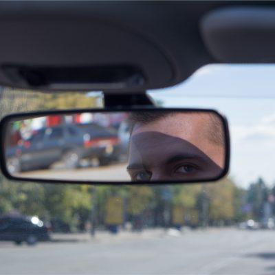 Taksin takapenkilläkin katse kannattaa siirtää peruutuspeilistä tulevaisuuteen